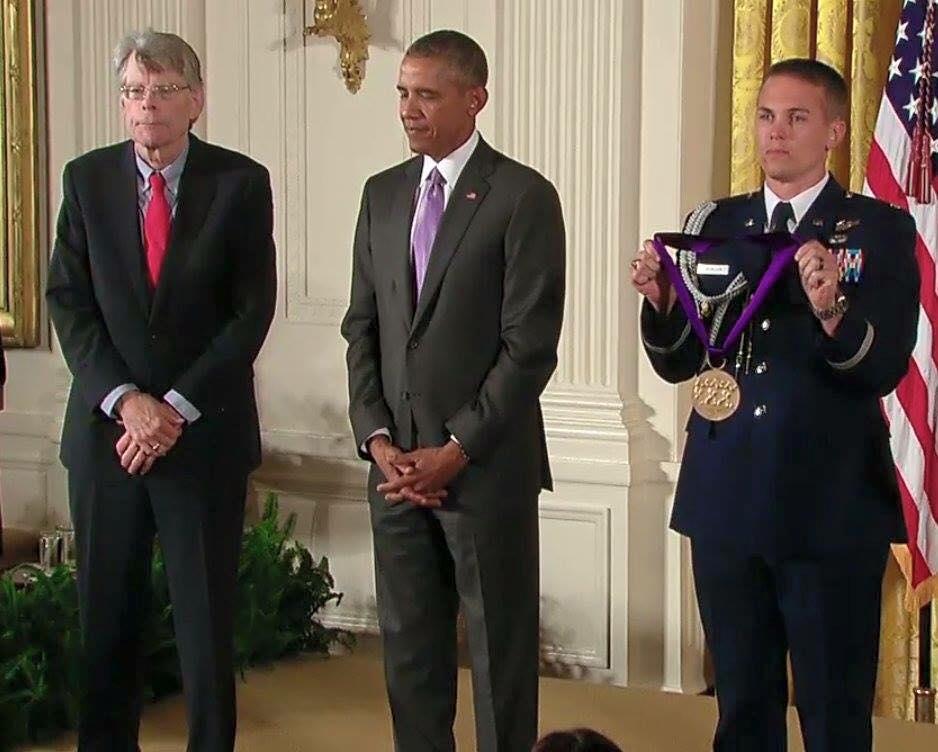 Stephen King en septembre 2015 recevant l'Ordre des Arts et des Lettres